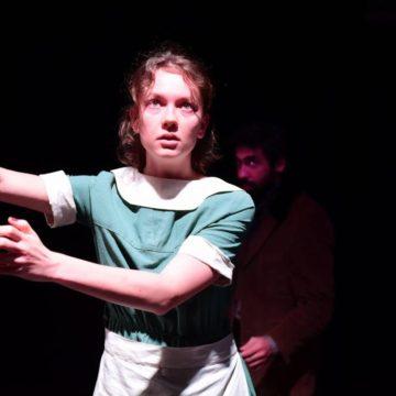 """Dogville oyunumuzdaki performansıyla, İsmet Küntay Tiyatro Ödülleri'nde """"Yılın En Başarılı Genç Kadın Oyuncusu"""" ödülü Ece Çeşmioğlu"""